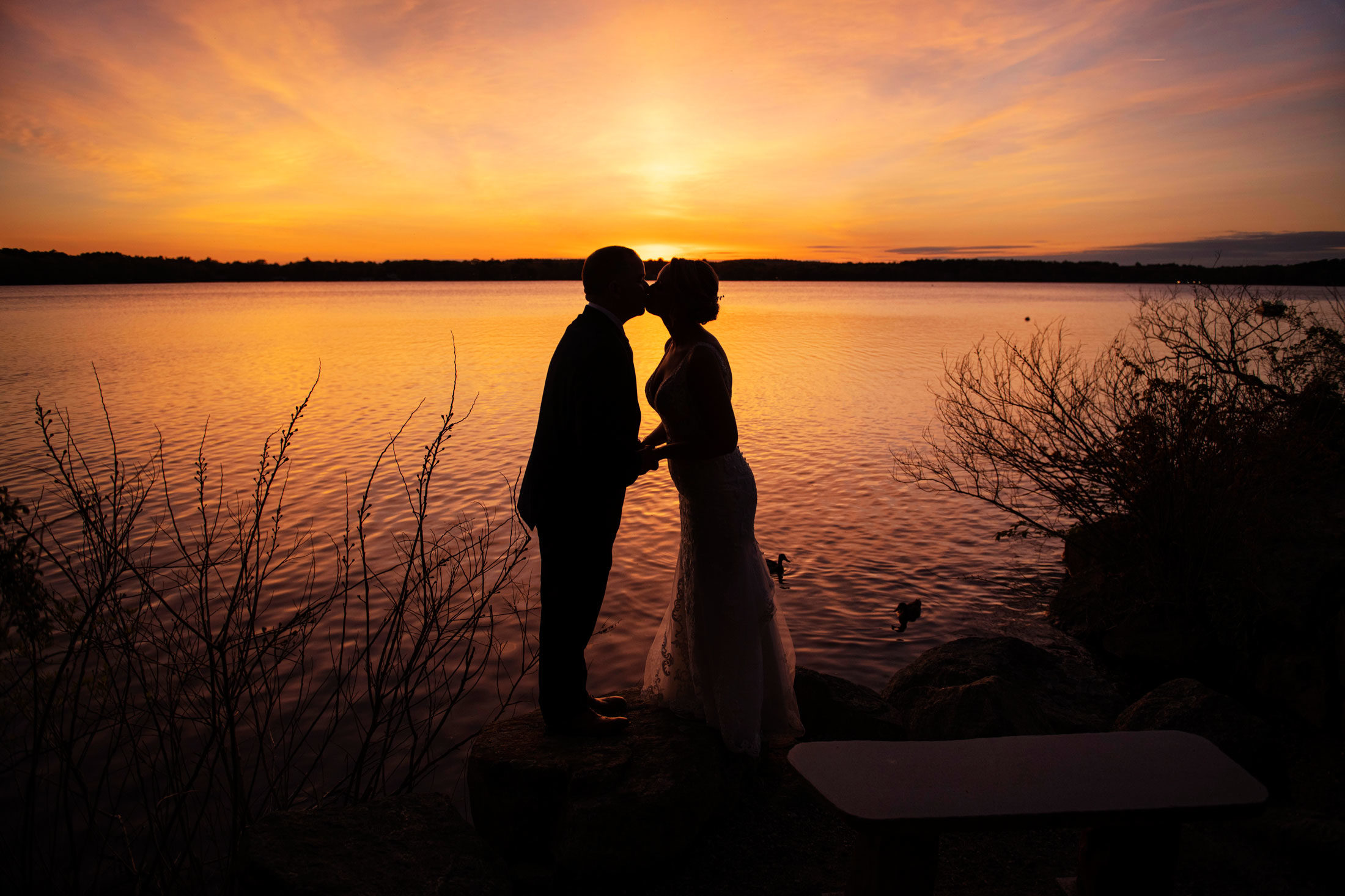 Photography | bride and groom kissing at sunset