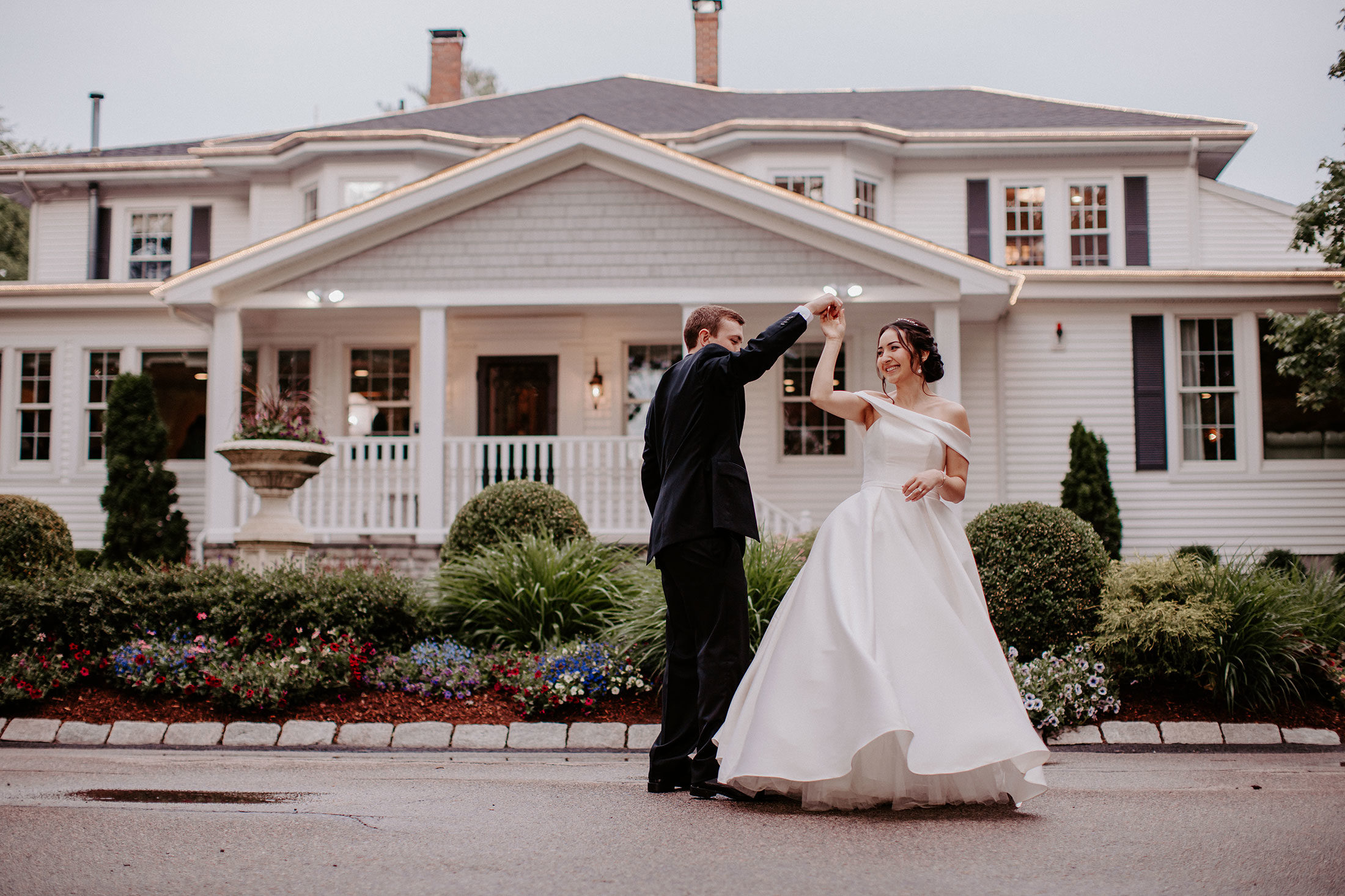 Photography   bride and groom in front of estate
