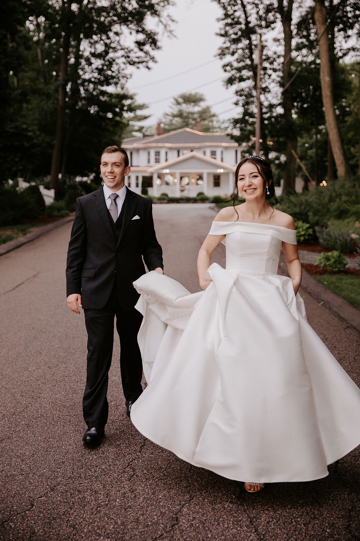 Photography | bride and groom walking to the lake