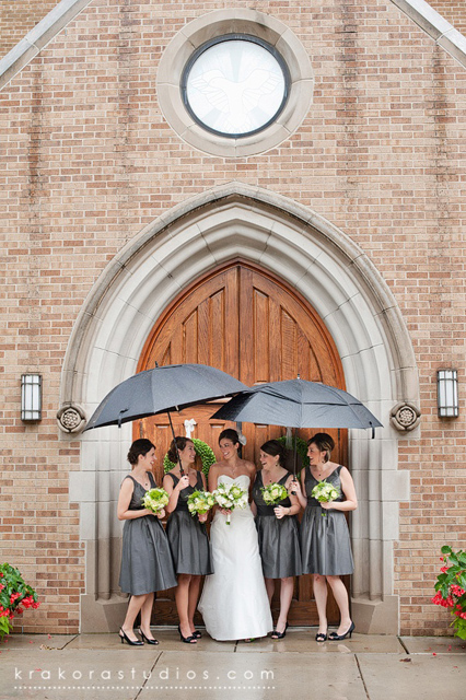 Creative_Photo_Ideas_For_A_Rainy_Wedding_Day_2.jpg