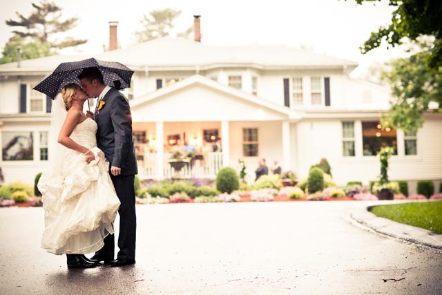Creative_Photo_Ideas_For_A_Rainy_Wedding_Day_7.jpg