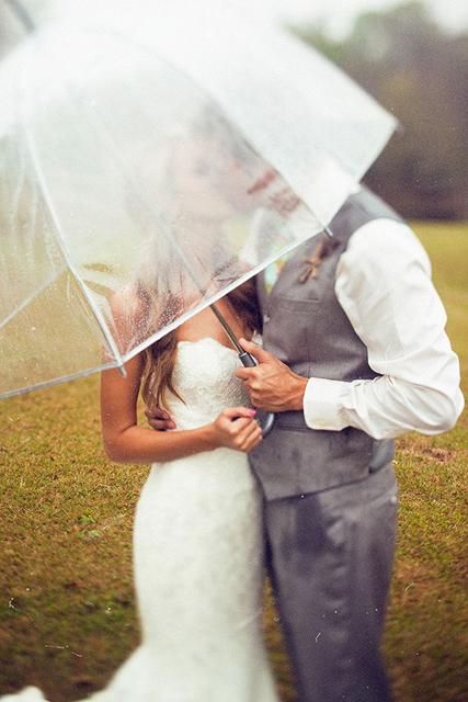 Creative_Photo_Ideas_For_A_Rainy_Wedding_Day_5.jpg